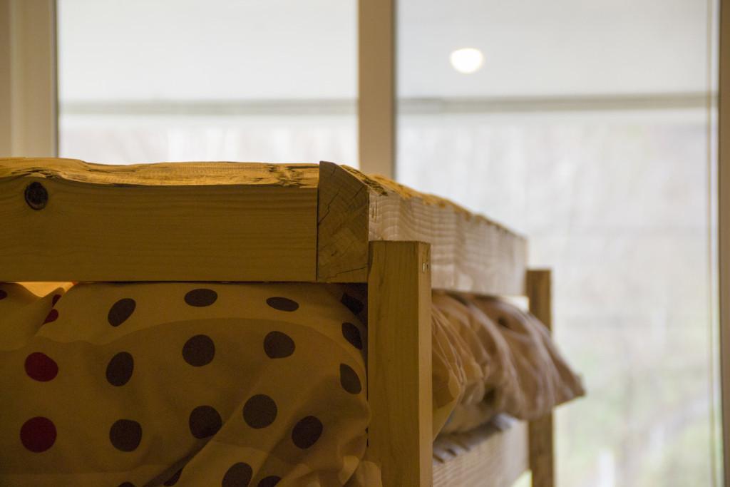 木の温もりを感じる手作りのベッドです